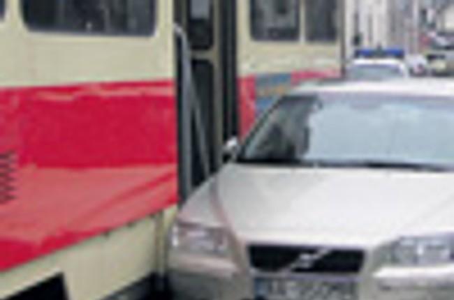 e8280c53b Autá blokujúce trať dopravca odťahuje | Bratislavské noviny
