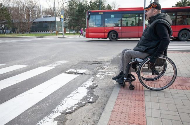 b67a649fc2a00 VIDEO: Je to katastrofa. Otestovali sme s vozičkárom naše chodníky |  Petržalka | Aktuality | Bratislavské noviny