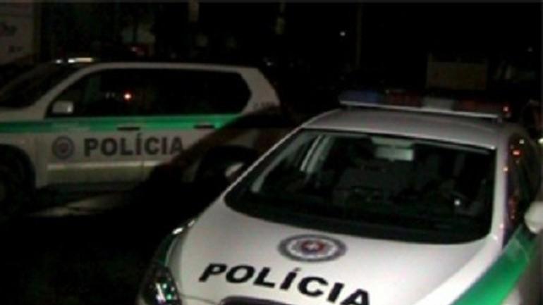 Policajti krátko po oznámení o vlámaní v Chorvátskom Grobe ...